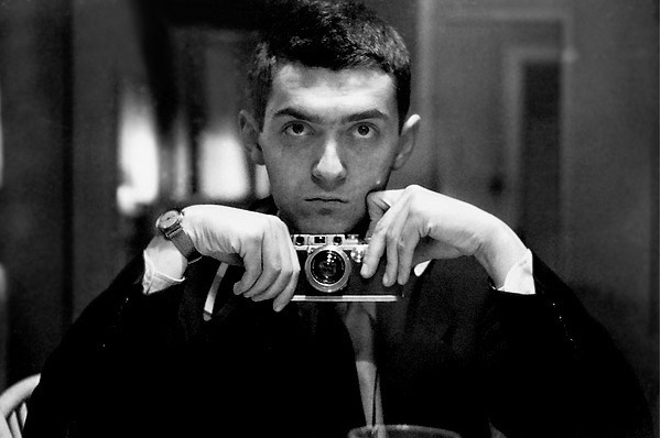 Selfie Leica III style: Stanley Kubrick in front of a mirror with his Leica III, taken during his time working as a LOOK Magazine photographer between 1947 and 1950 (Photo Cowles Communications, Inc, public domain)