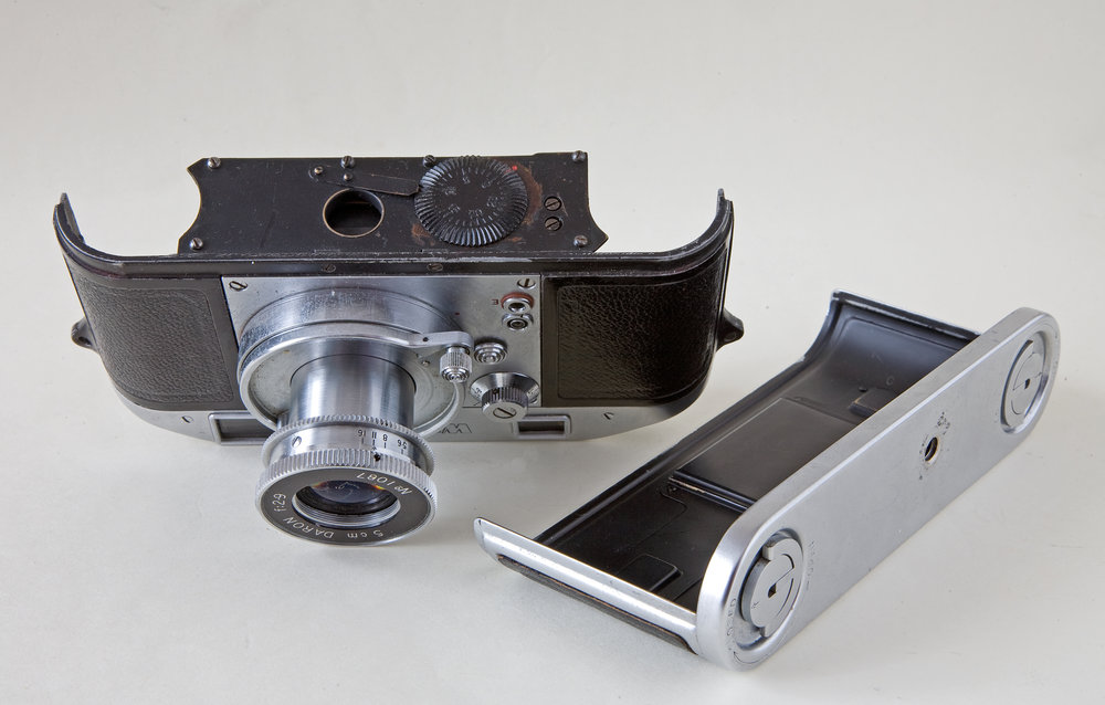 A closer view of the Witness with back removed. The dial on the bottom of the camera body offers adjustment of the delay between firing the shutter and the firing of the flash. It could be moved between zero and 30 milliseconds