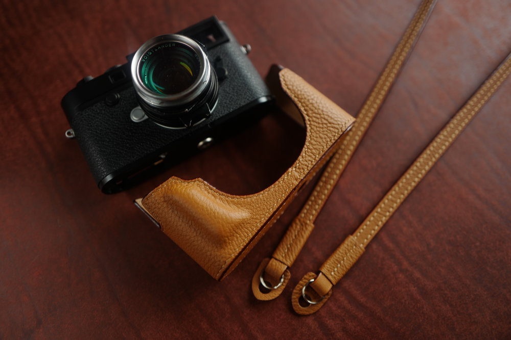 Traditional tan case with matching waxed-cotton strap, standard grip