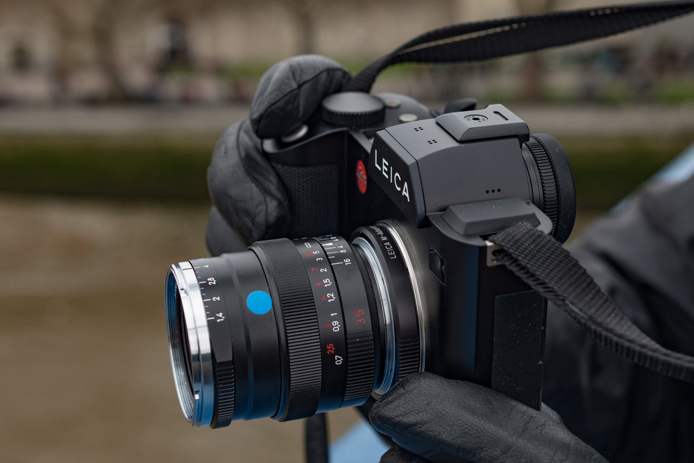 The Distagon complements the Leica SL particularly well. The camera's large and precise viewfinder makes focusing at maximum aperture easier than with the rangefinder