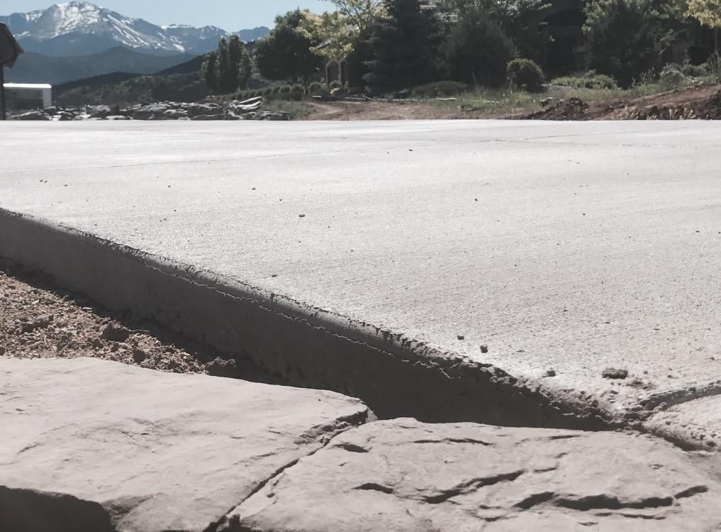Landscpe_edging_meets_concrete_driveway.jpg