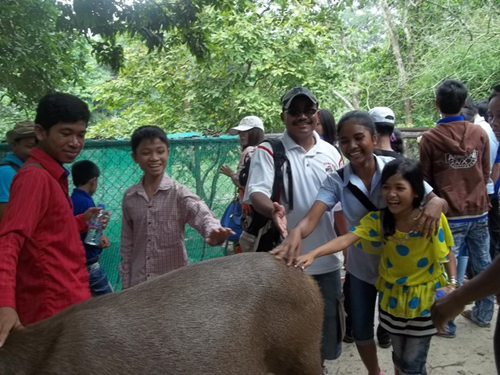 Ravi, the PE4 Dad having fun with the children at the zoo.
