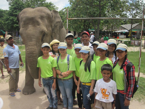 BB3 parents and kids at the zoo.