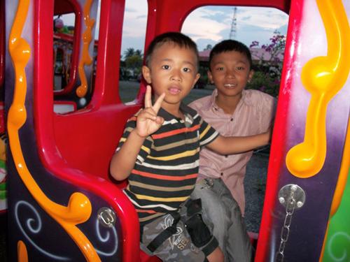 BB4 kids visiting an amusement park.