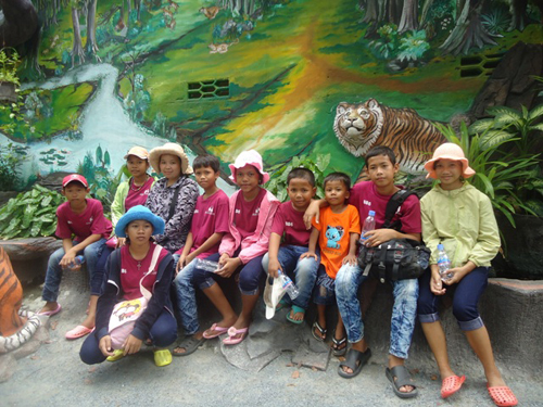 Kids and staff in the zoon.JPG