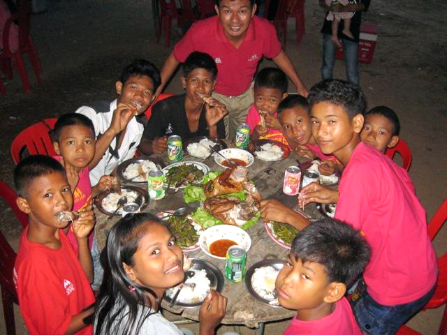 The kids at BB2 enjoy a delicious Khmer meal with their dad, Vando.