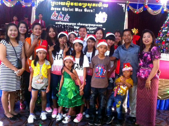 Kids and staffs are happy christmas day.JPG