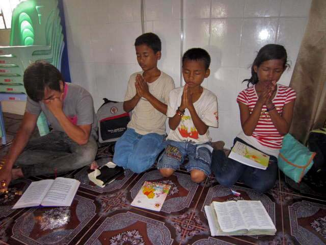 They're enjoy fasting prayer.JPG