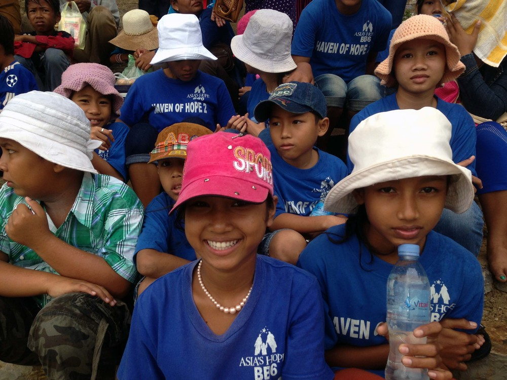 The kids and staff took some time to enjoy the annual dragon boat races on the Sangke River in Battambang.