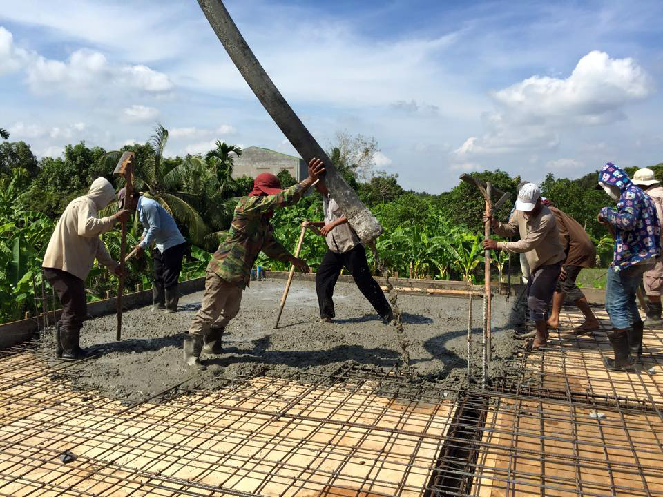 Laying the cement for the second floor.