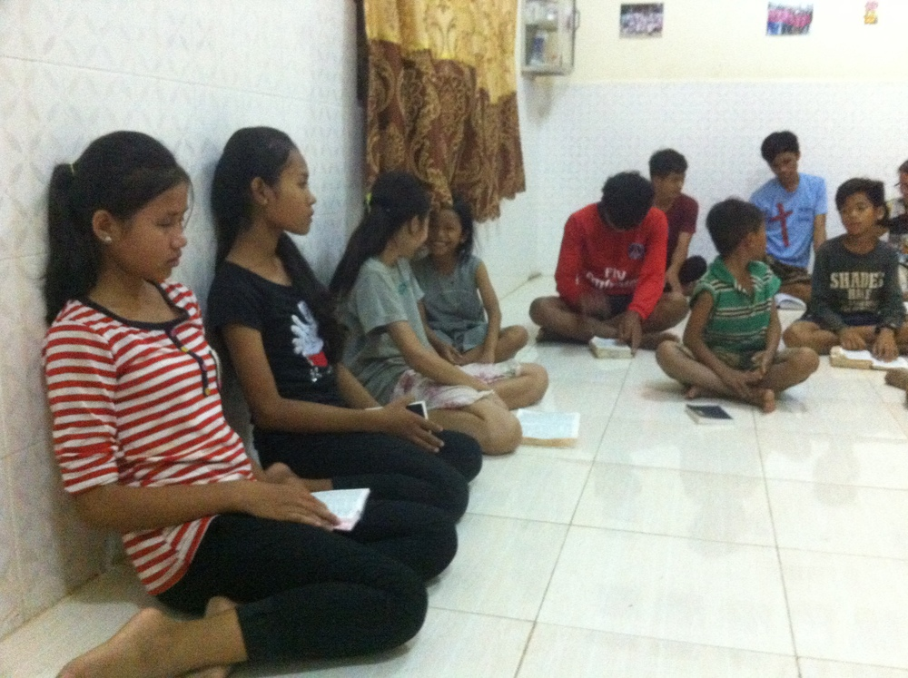 They're enjoy study Bible before sleep..JPG