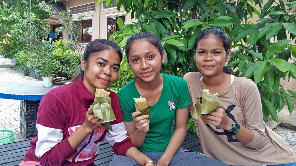 Glutinous rice and banana leaves: yum!