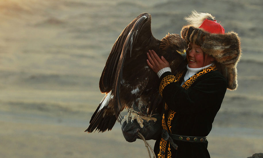 kazakh-female-eagle-hunter-asher-svidensky-5.jpg