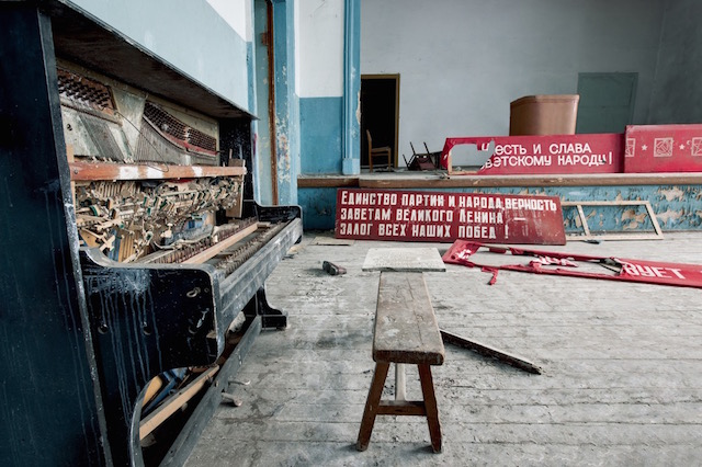 Abandonned-Soviet-Buildings-by-Rebecca-Litchfield14.jpg