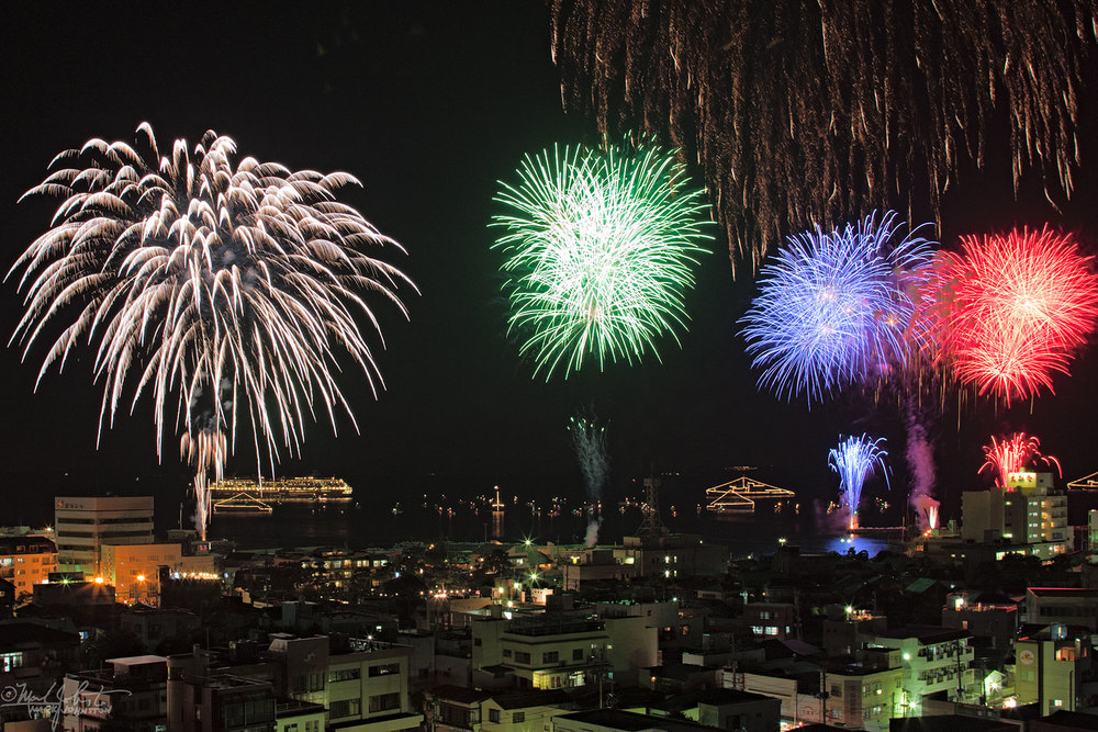 Fireworks along the waterfront of Ito City [伊東市], Shizuoka Prefecture [静岡県], Japan.