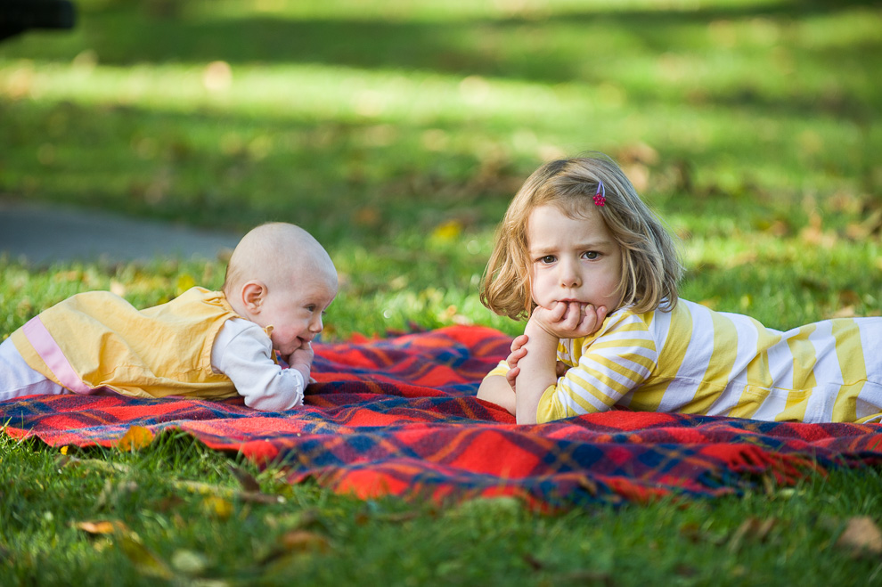 little-girl-with-baby-sister-seattle-childrens-photography.jpg