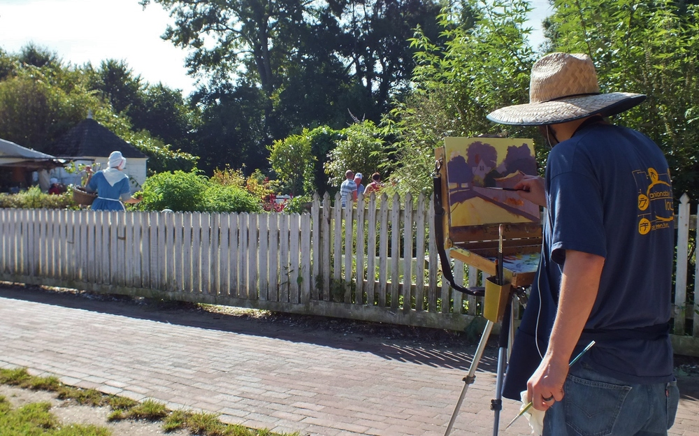 Doug Clarke paints a scene on Duke of Gloucester Street across from Bruton Parish Church (Hannah S. Ostroff/WYDaily)