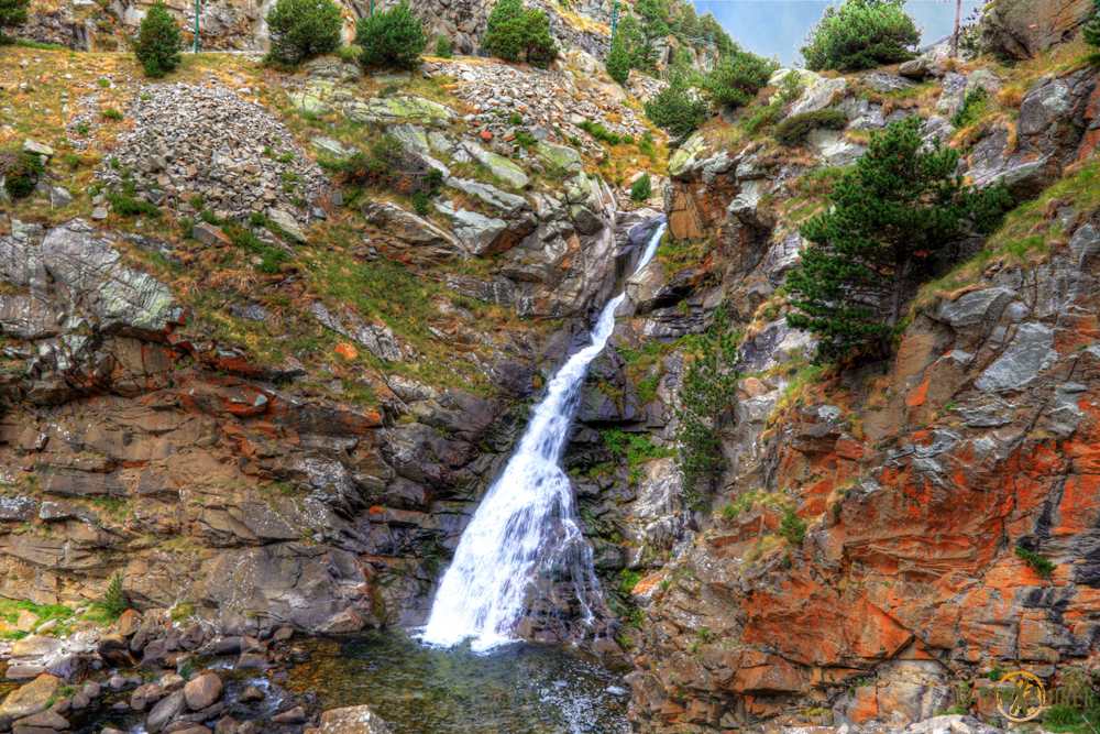 Vall_De_Nuria_Waterfall.jpg