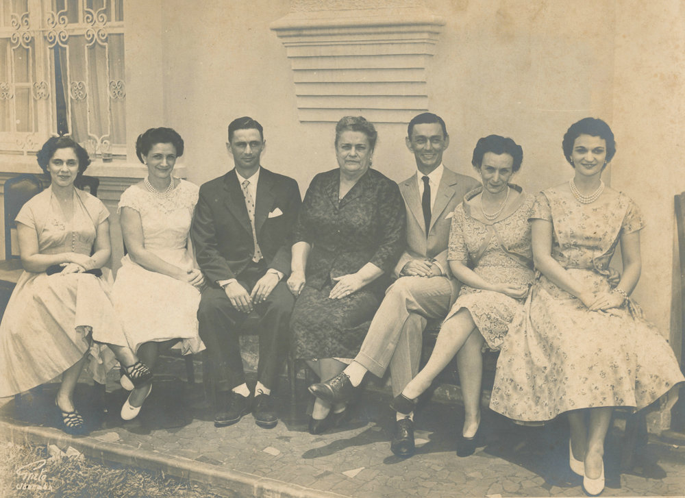 Dna. Teodora e os seus filhos e filhas