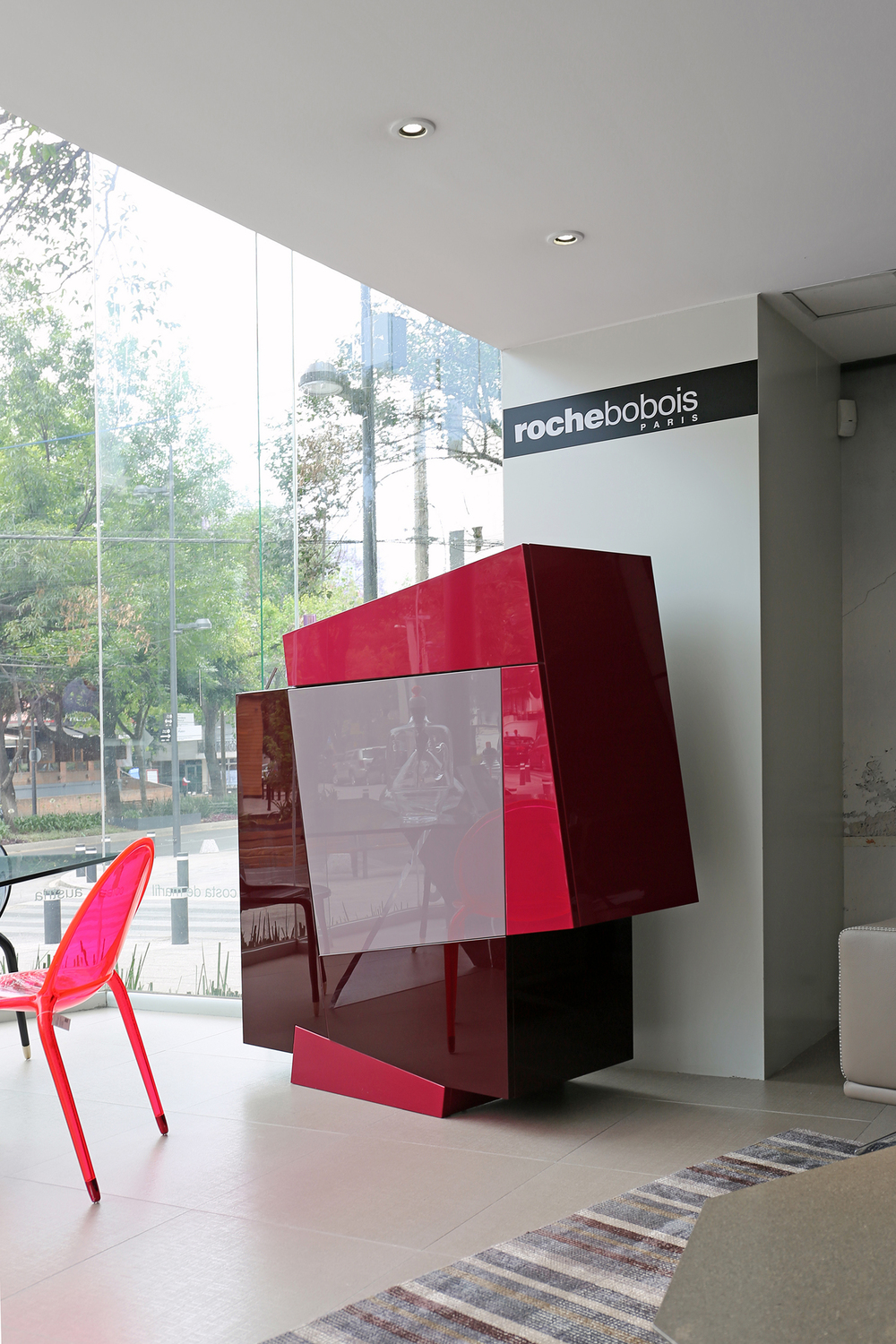 Roche Bobois introduces new materials and colors on Booleanos