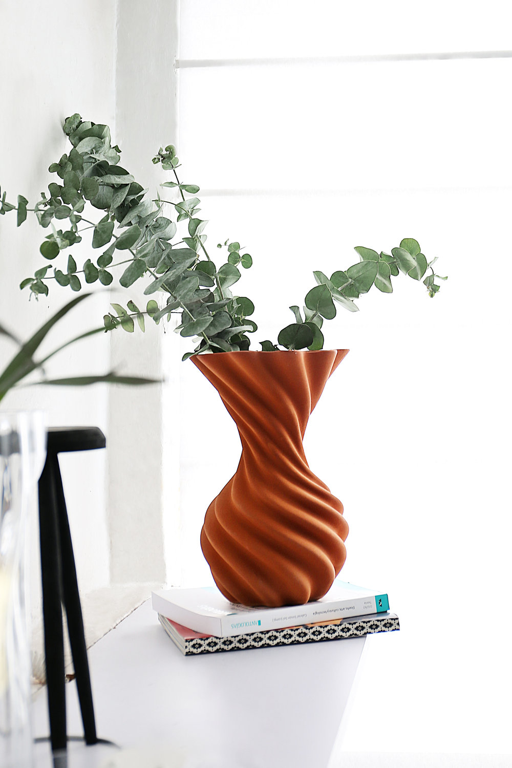 Miss Jolie  is a decorative vase that pauses movement. Like a cloth, with folds that reveal an ironic static dynamism.