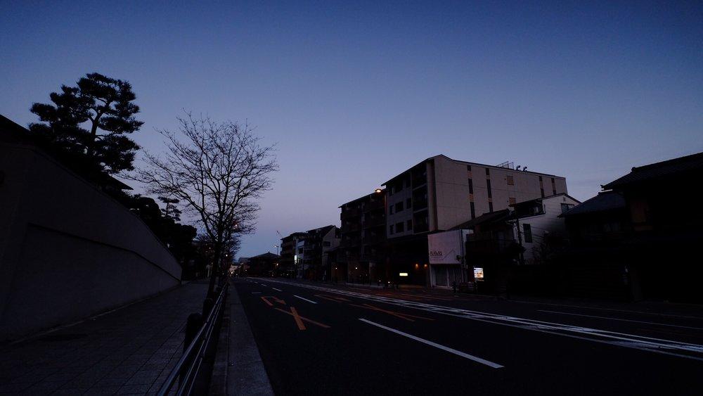 走在晨光乍洩的京都街上,享受著攝氏2度的冷空氣。