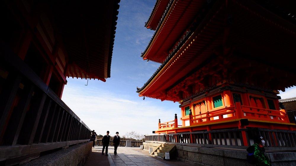 日本寺廟建築風格源於唐朝時期的影響,但卻有別與它。這屬於日本神道的寺廟以橙色為主。
