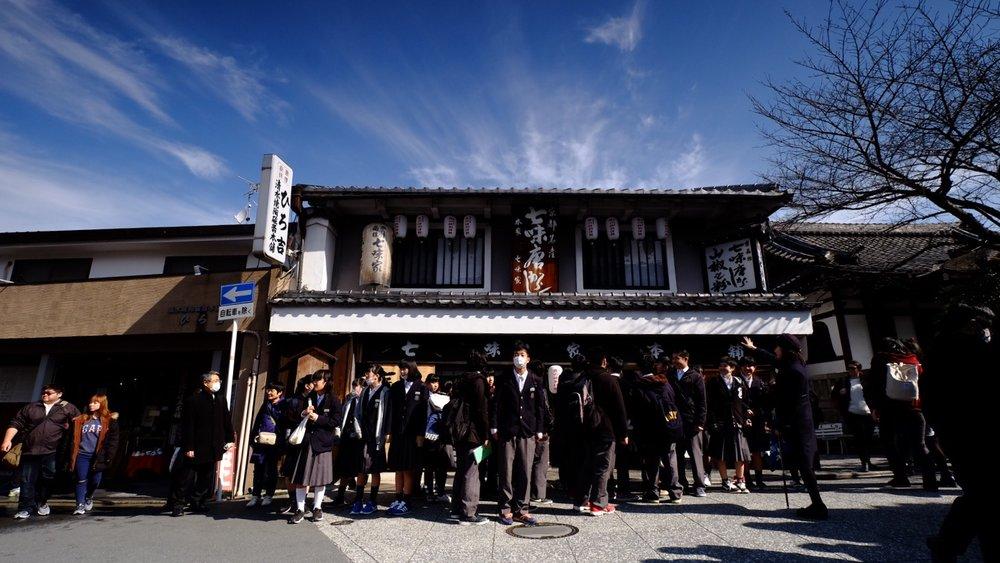 以前都在日本漫畫裡才看見的日本高校生,一大堆一大堆的出現在眼前。