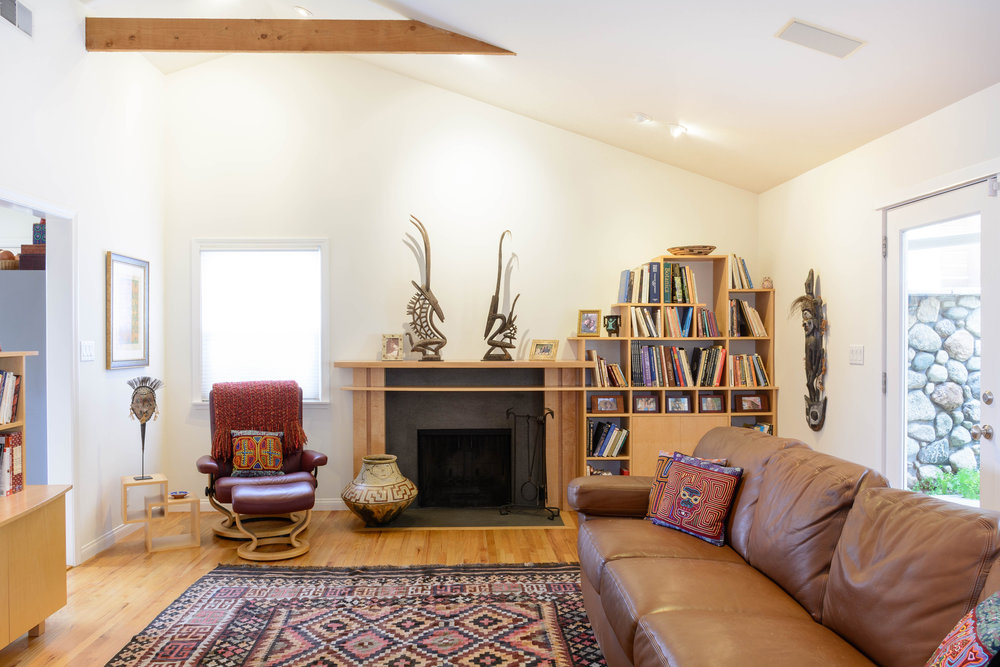 The ample natural light and the cathedral ceiling with its structural beams accentuate the space and warmth of the living room