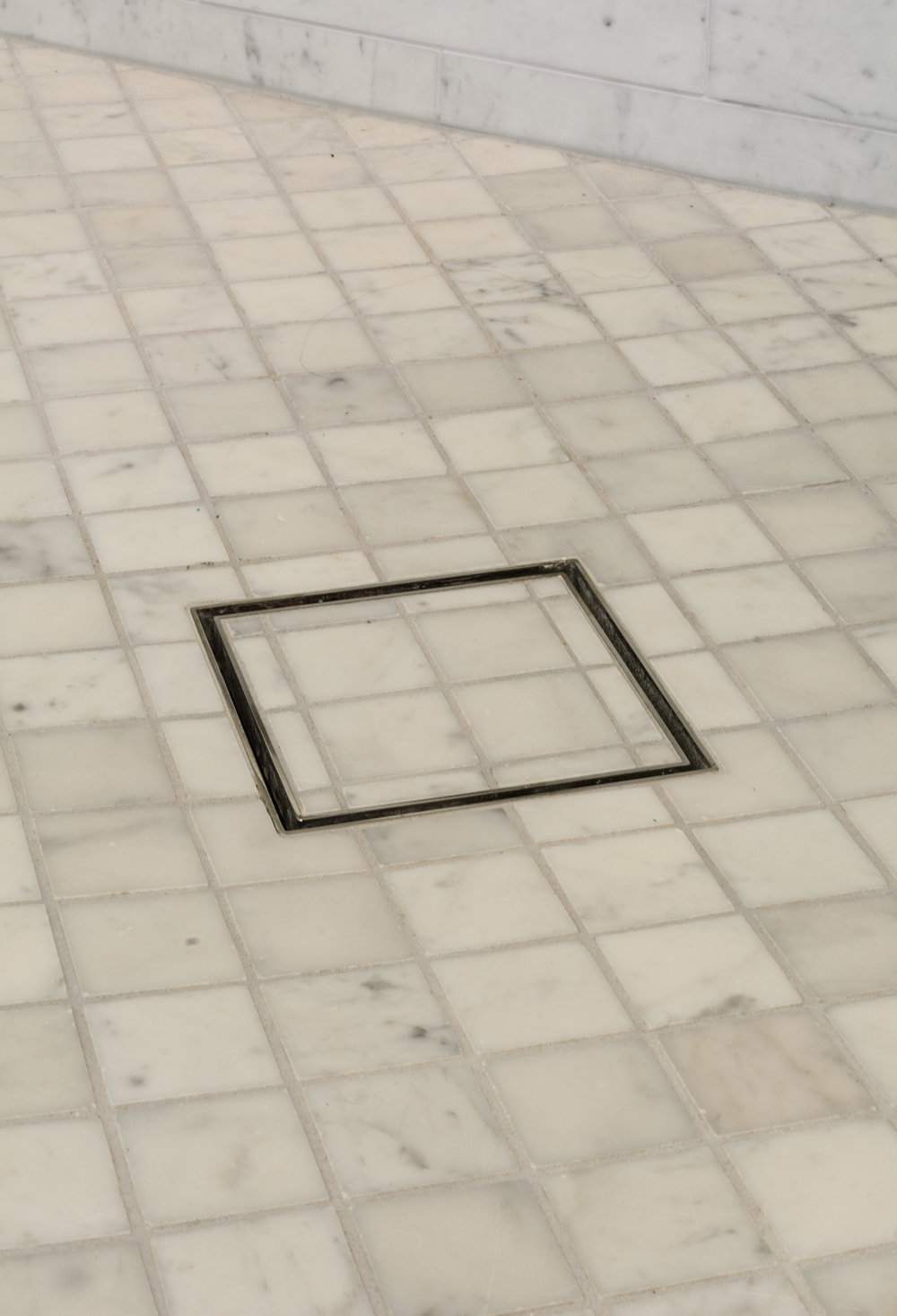 Shower drain: a discreet square design