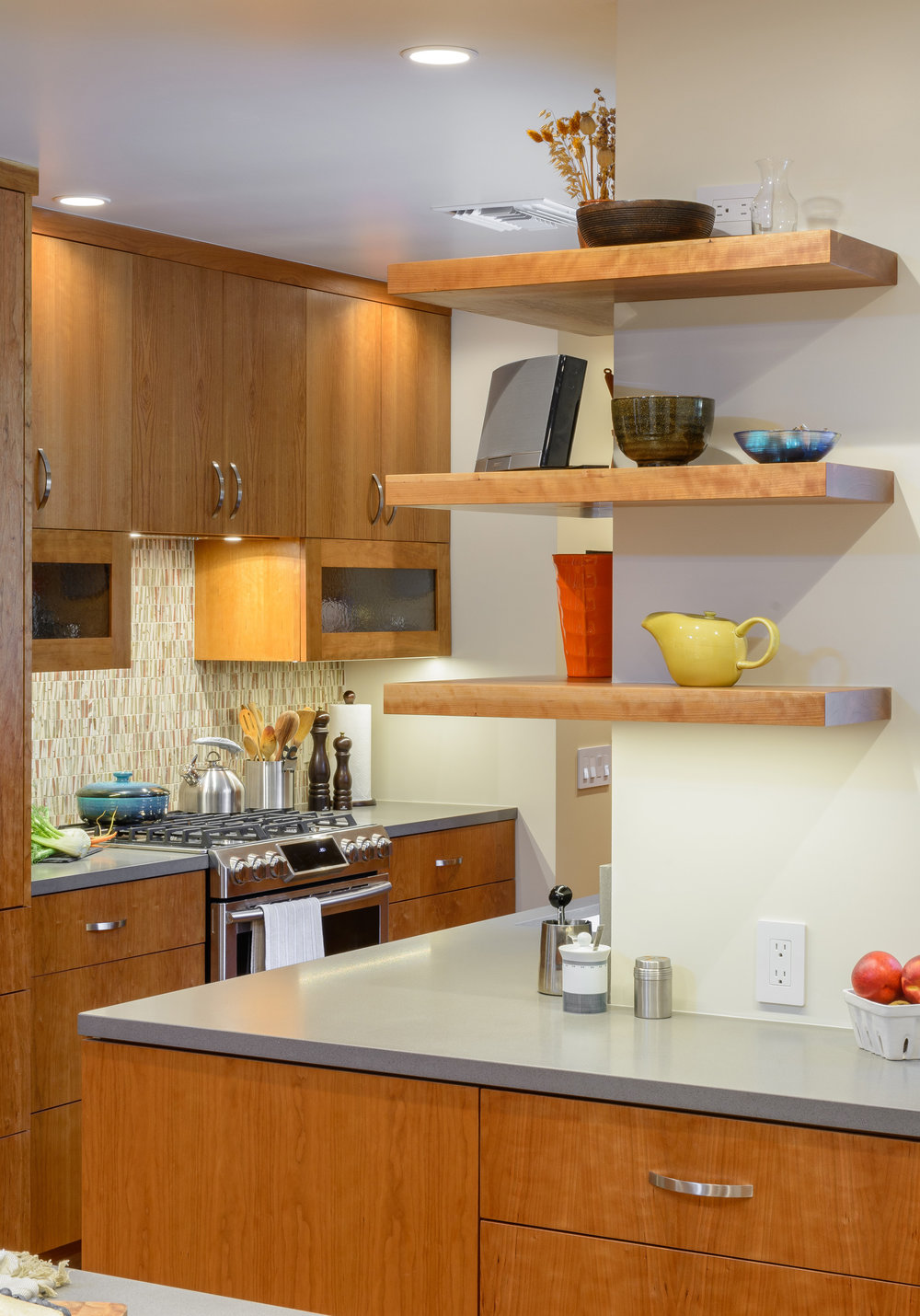 Corner floating shelves for a contemporary kitchen: an elegant and practical touch