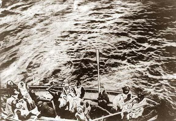 Titanic lifeboat pulling up to the Carpathia, 1912.JPG