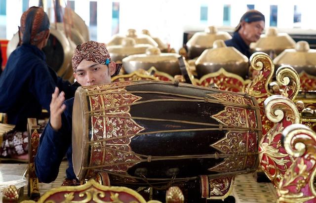 'Pengendang' in traditional garb playing 'kendang' drum during a performance by traditional gamelan orchestra at the Yogyakarta Kraton (Sultan Palace). Yogyakarta (Jogjakarta), Indonesia – 25 March 2010 Photo © Basil Rolandsen (http://bouvetmedia.com)