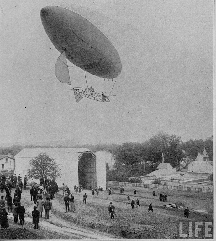 alberto_santos-duont_flying_his_balloon_#6_1901.jpg