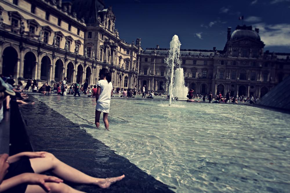 Louvre Fountain Lomo.jpg
