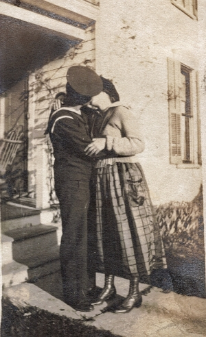 How many photos from 1918 show couple kissing?!