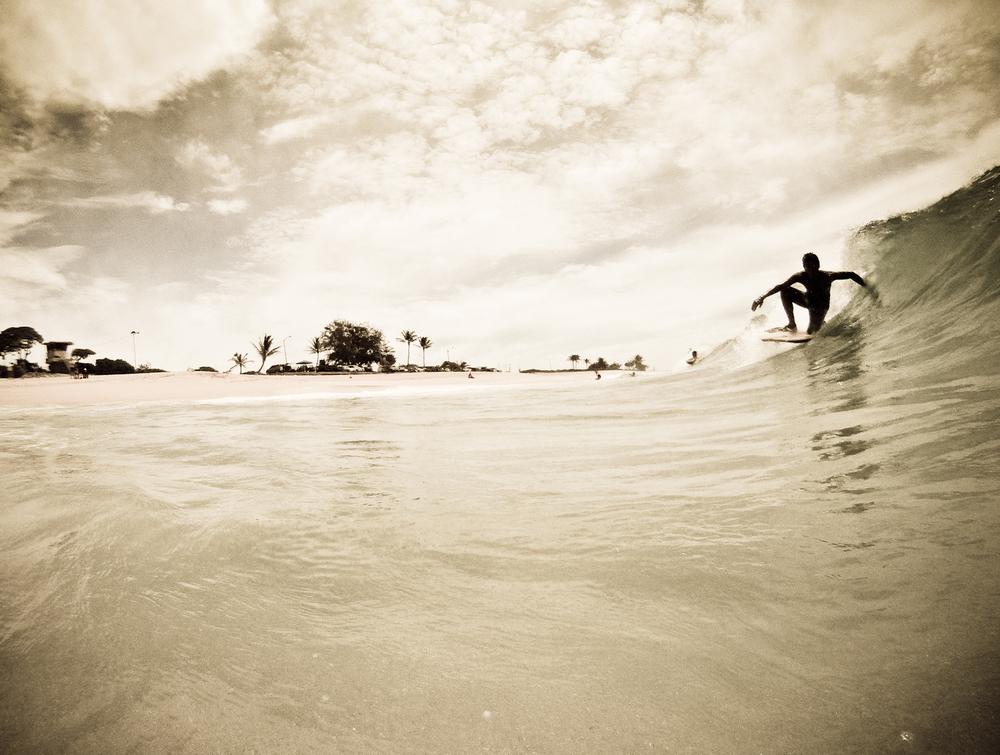 bodyboarder riding dropknee at sandys in hawaii