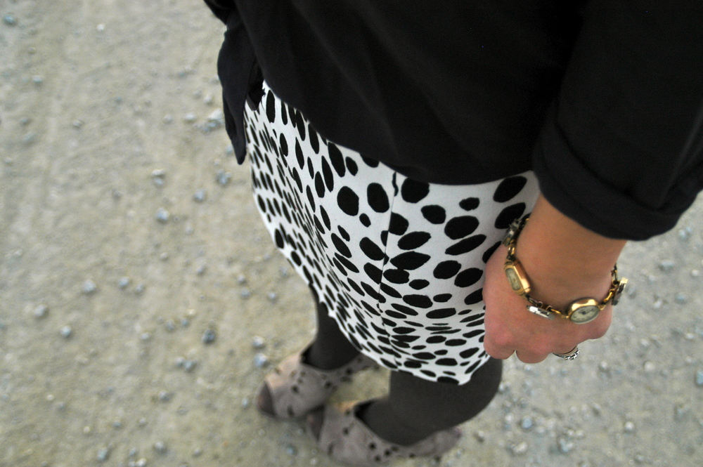 Coat: J.Crew | Shirt: Old Navy | Skirt: H&M ( similar ) | Tights: Target | Shoes:  Sole Society  | Bag: H&M | Watch: Vintage | Glasses: H&M