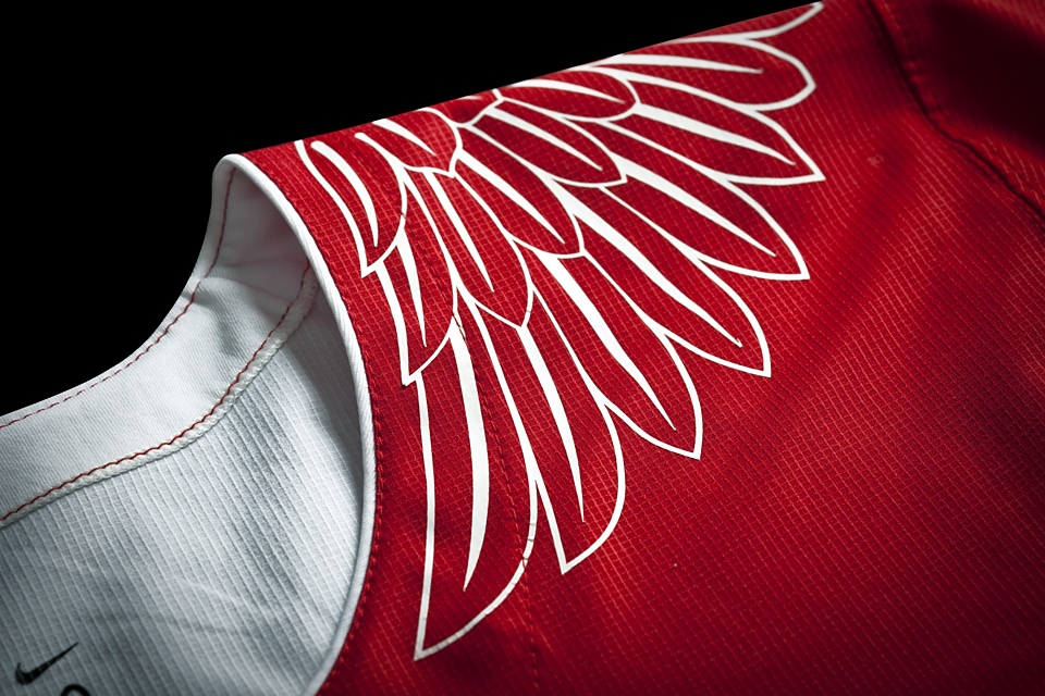 Eagle wings adorn the shoulders of the white jersey. Interesting choice.