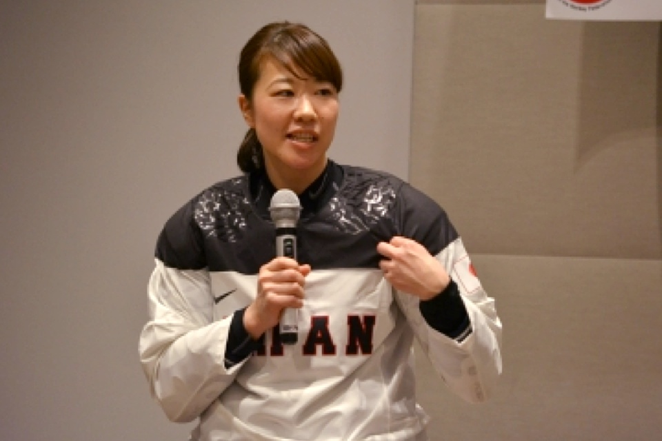 In this  JIHF photo , we get another glimpse at the shoulders and the Japanese flag on the left sleeve.