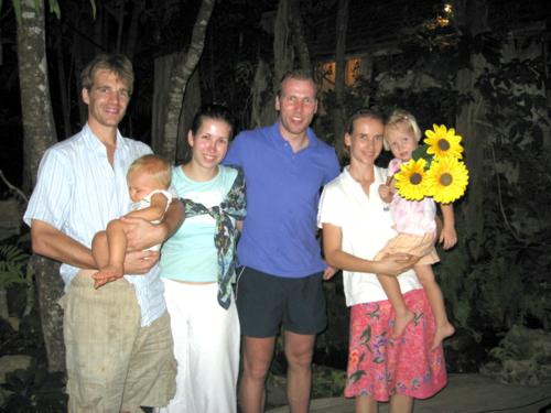 Marcus en Machteld Rijken en hun kinderen tijdens hun eerste ontmoeting met Johan en Margreet Trip in 2009.