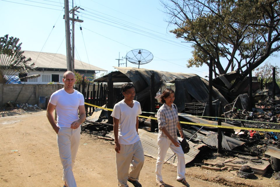 Johan op bezoek bij een afgebrande fabriek in de buurt van Mae Sot.