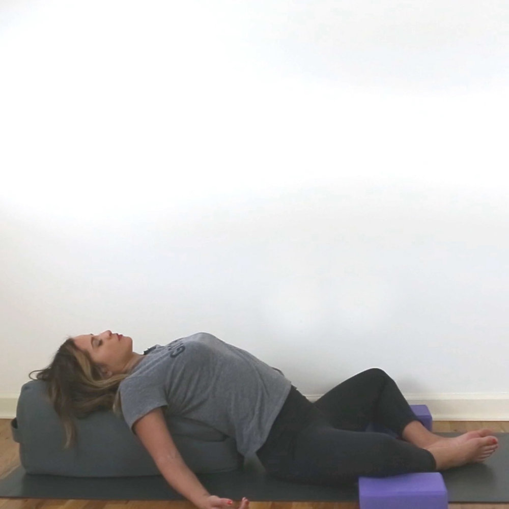 20 minute yin yoga video for relaxation Wearing: leggings, good vibes t-shirt, nars lipstick