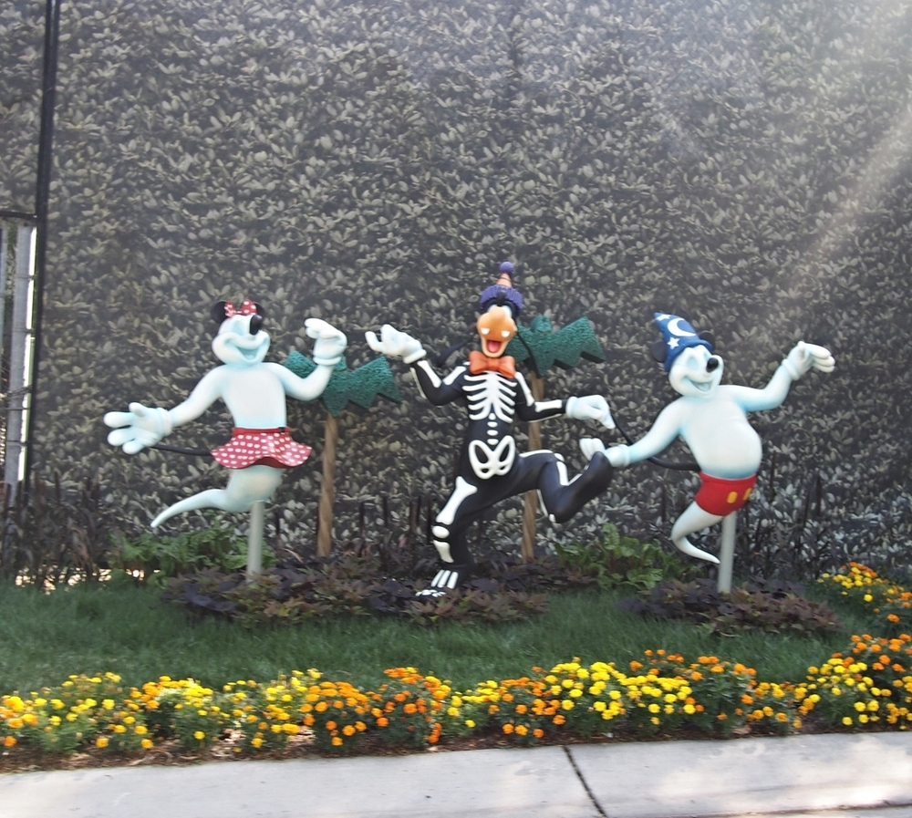 Goofy is having some Halloween fun. Should we tell him about his ghostly friends?