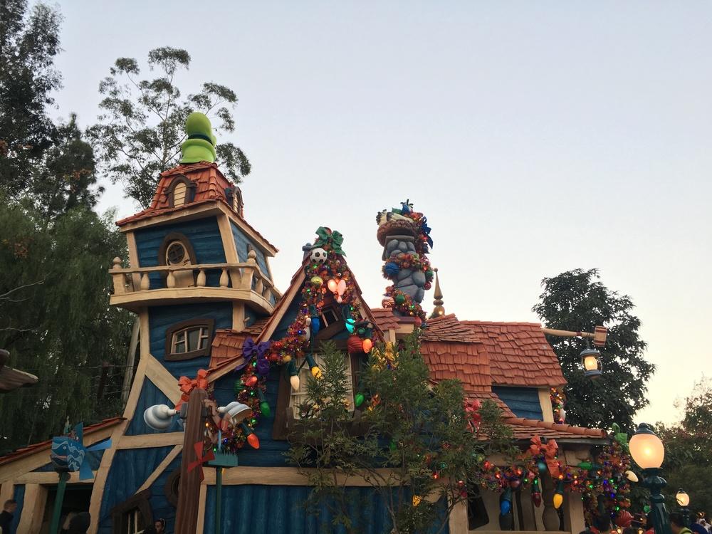 Goofy's House has holiday decor.