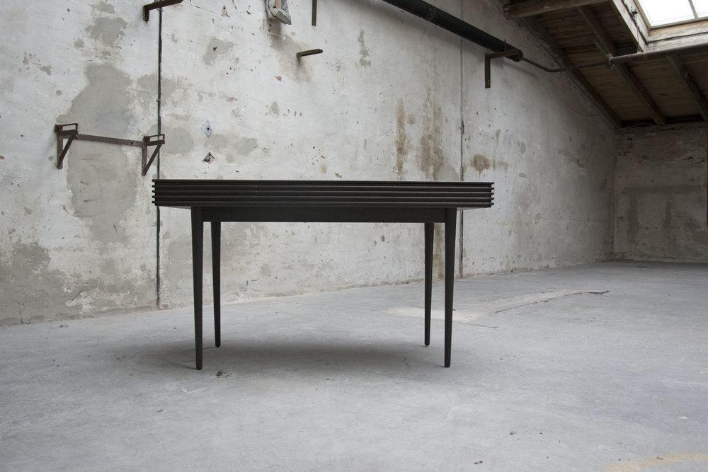 groove_table_set_sråt_forfra_lukkede_skuffer.jpg