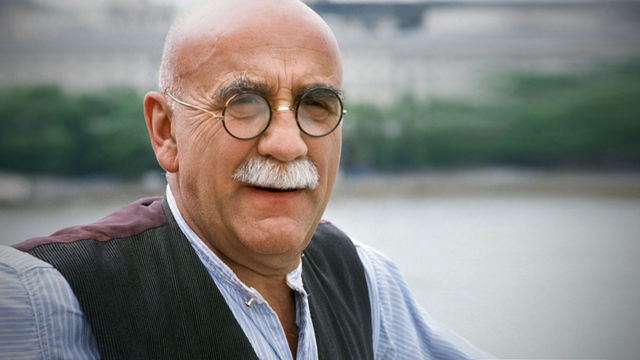39. Who played Alf Garnett in the TV series 'Till Death Do Us Part'? Warren Mitchell