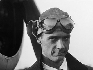 7. Which US aviator, film director and business magnate became a recluse from the late 1940's until his death in 1976? Howard Hughes