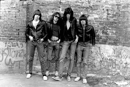 Q17 Teenage Lobotomy and Blitzkrieg Bop are tunes from which bands 2006 Greatest hits Album? The Ramones