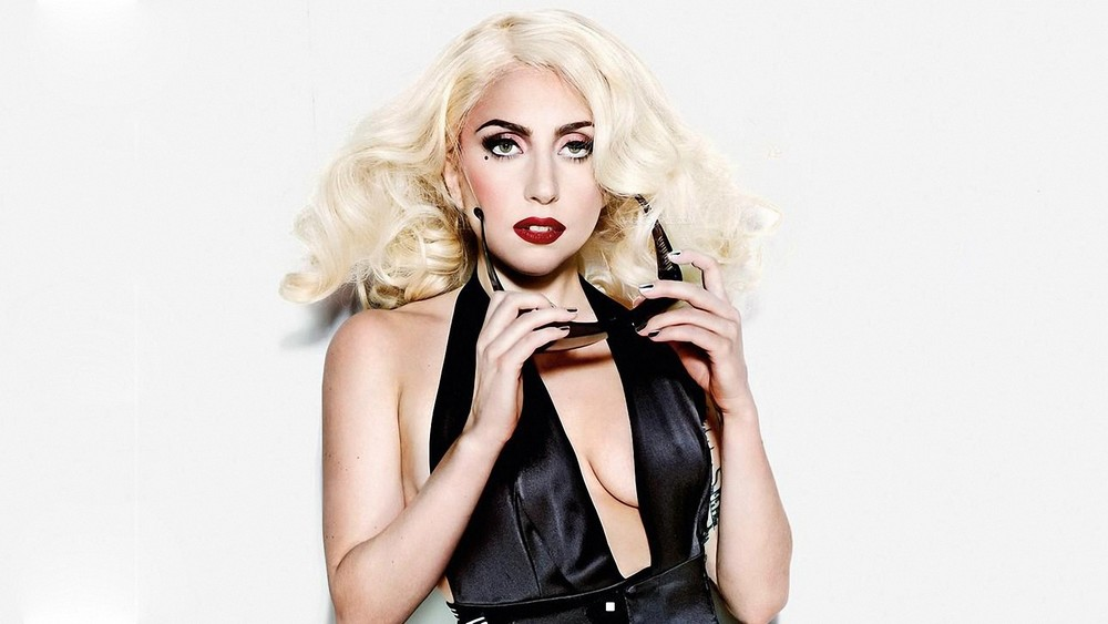 Q7 Who was the first Twitter user to reach 20 million followers? And to get a bonus point guess the year that this record was reached? Lady Gaga reached this milestone in March 2012